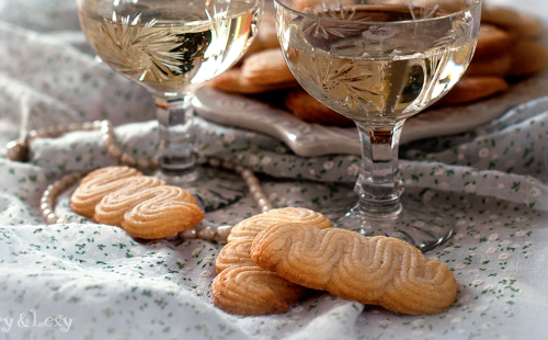cookies with two glasses of champagne