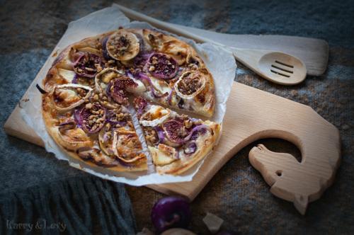 flatbreadpizza on a wooden cutting board